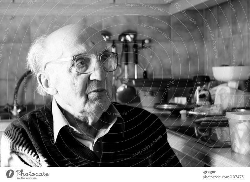 portrait of an old man (4) Großvater ruhig schweigen ruhen Wachsamkeit Gedanke Erinnerung Weisheit klug Zeit alt Vergänglichkeit Sense Schwarzweißfoto Senior