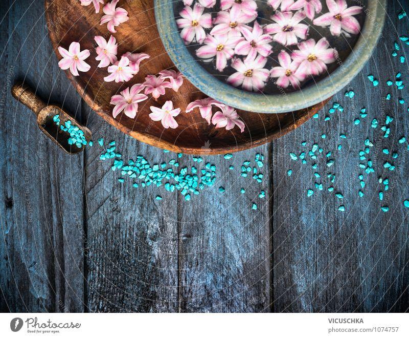 Wellness Composing mit blauem Badesalz und Blumen Stil Design schön Körperpflege Duft Kur Spa Massage Natur Schalen & Schüsseln Wasser Holz rustikal Tisch