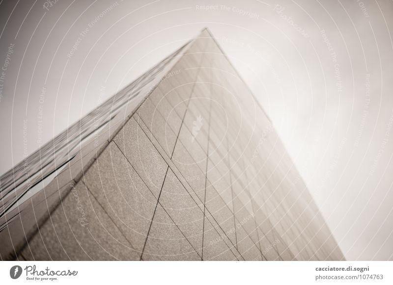 Das graue Haus Hochhaus Architektur Fassade Stein Linie bedrohlich dunkel eckig einfach kalt trist weiß Einsamkeit Höhenangst Zukunftsangst Endzeitstimmung