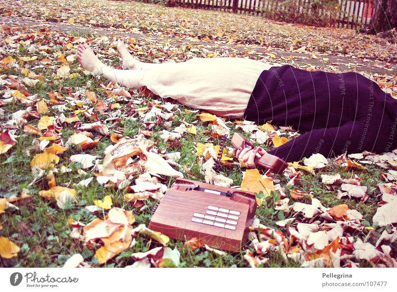 schlechte Nachrichten! Frau alt Blatt Herbst Tod Gras Holz Fuß braun orange gold schlafen Telefon retro Kleid liegen