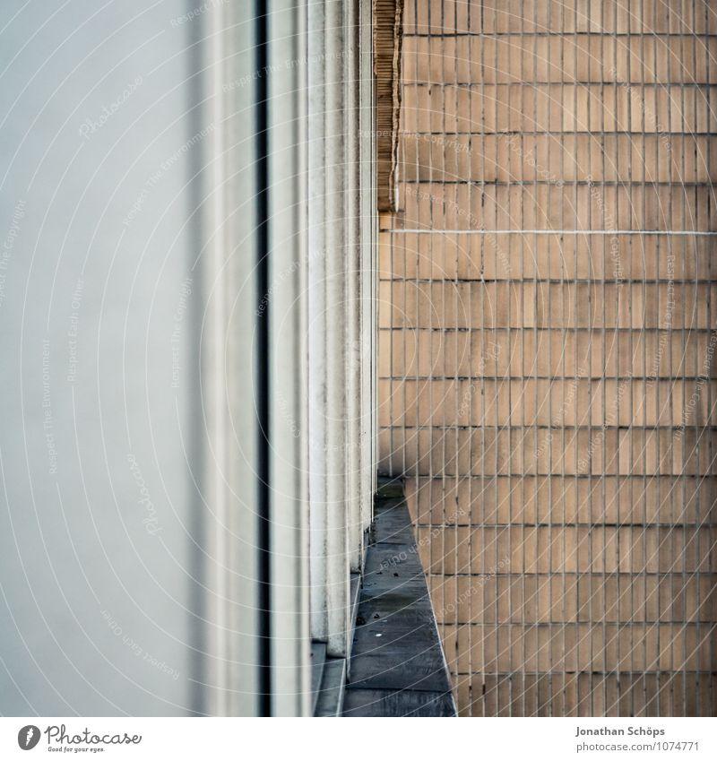 urbanes-aus-dem-fenster-schauen III Stadt Haus Bauwerk Gebäude Architektur Mauer Wand Balkon alt hässlich trist Fensterblick Fassade England Großbritannien grau
