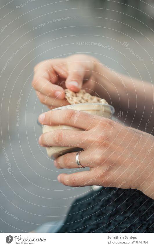 Hummmmus Hand Essen Lebensmittel Ernährung genießen Pause festhalten Bioprodukte trendy Ring Schalen & Schüsseln silber Picknick Vegetarische Ernährung