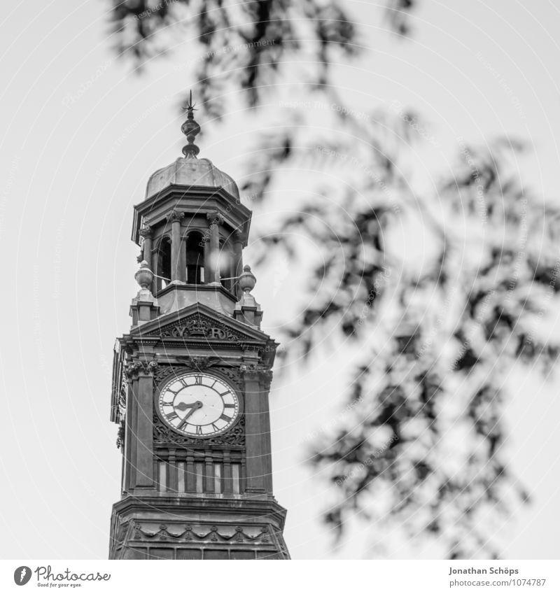 Die Zeit Himmel Stadt Baum Haus Architektur Gebäude Religion & Glaube Zufriedenheit Uhr einzeln Kirche Vergänglichkeit Zifferblatt Turm Vergangenheit Bauwerk