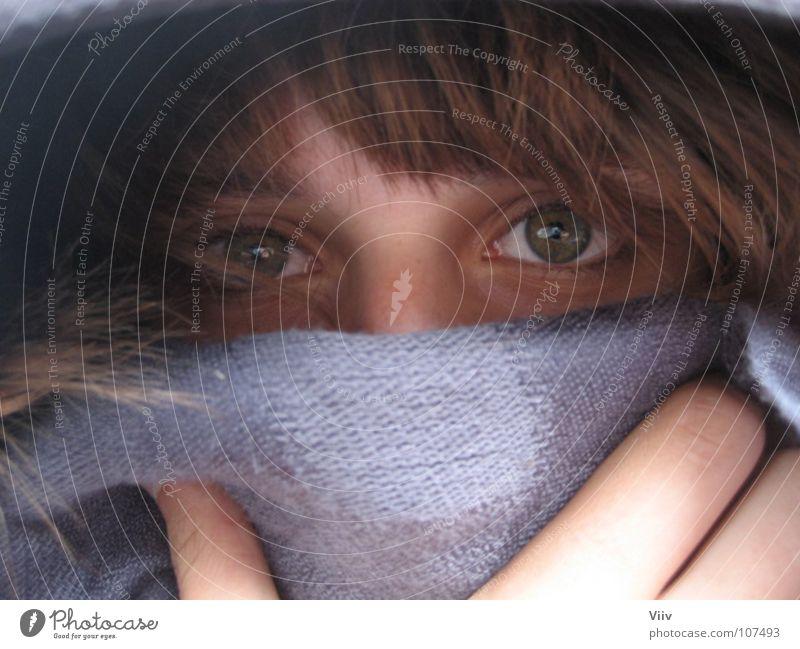 Giftig? Frau Hand Jugendliche grün Winter Auge kalt grau Haare & Frisuren Finger Erkältung geheimnisvoll verstecken Aussehen Wimpern kuschlig