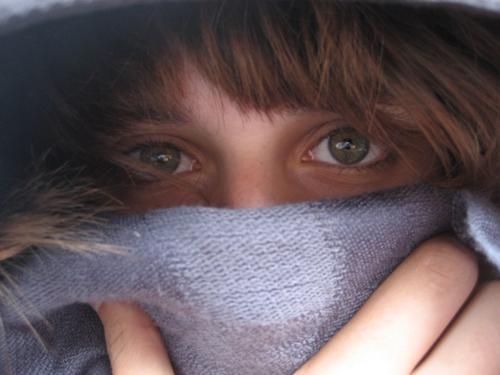Giftig? Frau Schal Finger Hand grün grau erstaunt Atem Wimpern geheimnisvoll Winter kuschlig kalt Erkältung Aussehen Jugendliche Haare & Frisuren Auge vermummen