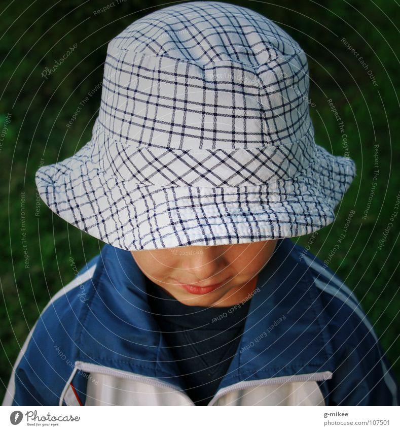 shy boy Kind Gesicht Junge geheimnisvoll Hut verstecken grinsen Schüchternheit unsichtbar