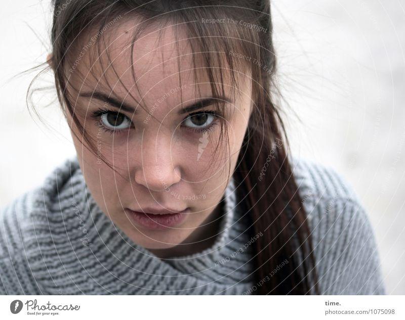 . Mensch Jugendliche schön Junge Frau Leben feminin Denken authentisch warten beobachten Neugier Vertrauen Konzentration Wachsamkeit brünett langhaarig