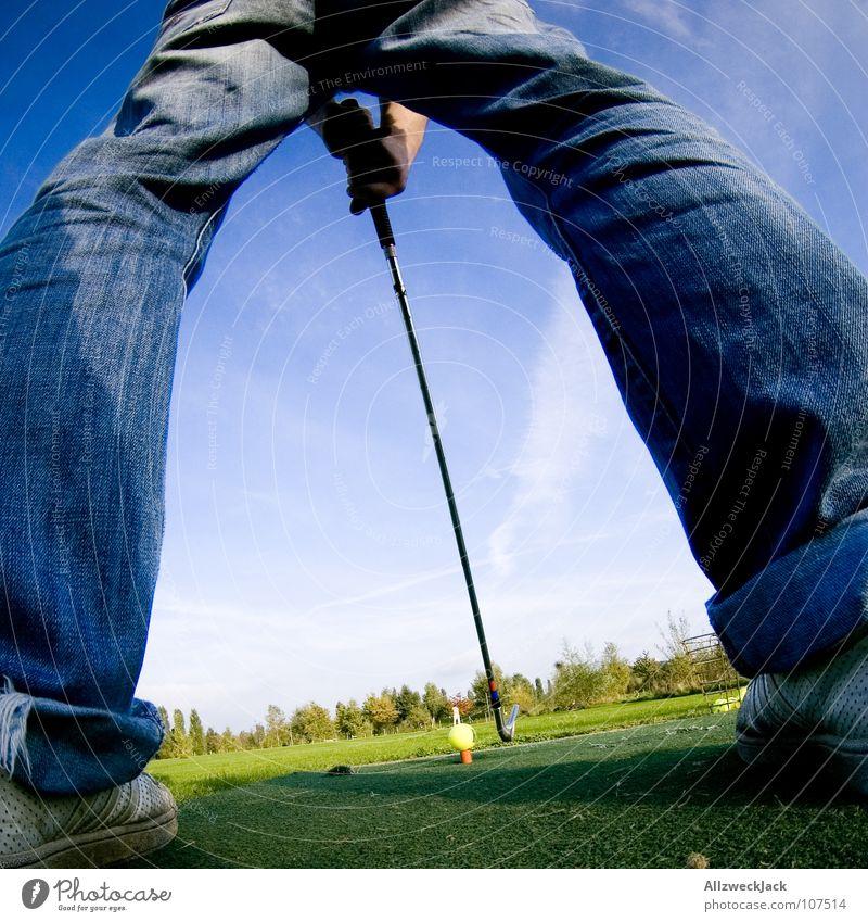 auf den Spuren Bernhard Langers Abschlag Golfschläger Golfball Golfplatz Hose Gras grün Eisen Freude Mann Sport Spielen chippen Jeanshose Ball balls Beine Rasen