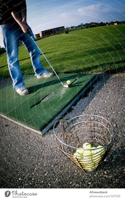 auf den Spuren Bernhard Langers 2 Abschlag Golfschläger Golfball Golfplatz Hose Gras grün Eisen Freude Konzentration Sport Spielen chippen Jeanshose Ball balls