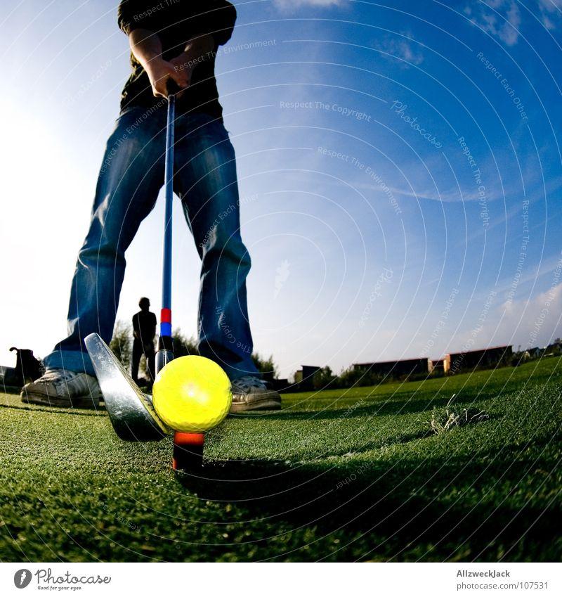 auf den Spuren Bernhard Langers 3 Himmel blau grün Freude Sport Spielen Gras Beine Rasen Ball Jeanshose Konzentration Hose Golf Eisen Golfplatz