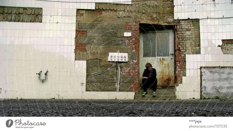 sitting, waiting, wishing Mann ruhig Einsamkeit Denken Tür dreckig warten kaputt Vergänglichkeit verfallen Fliesen u. Kacheln schäbig Ruine Typ Gedanke