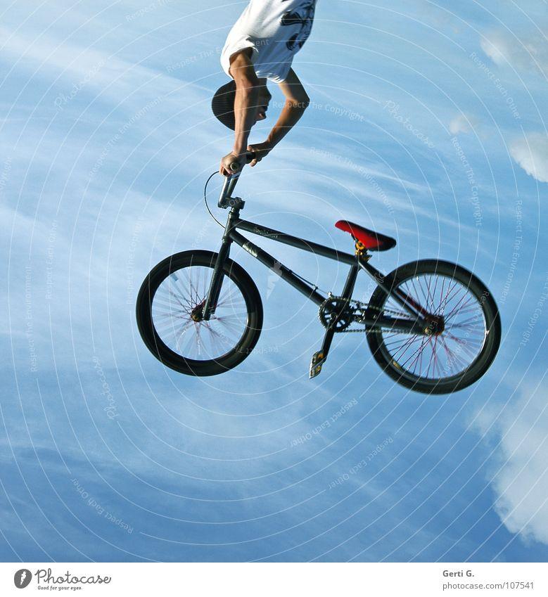 backflip Motorradfahrer Fahrer BMX Fahrrad Salto Rückwärtssalto himmelblau Wolken Pedal fliegen Schweben Handstand Mütze bodenständig abgehoben festhalten