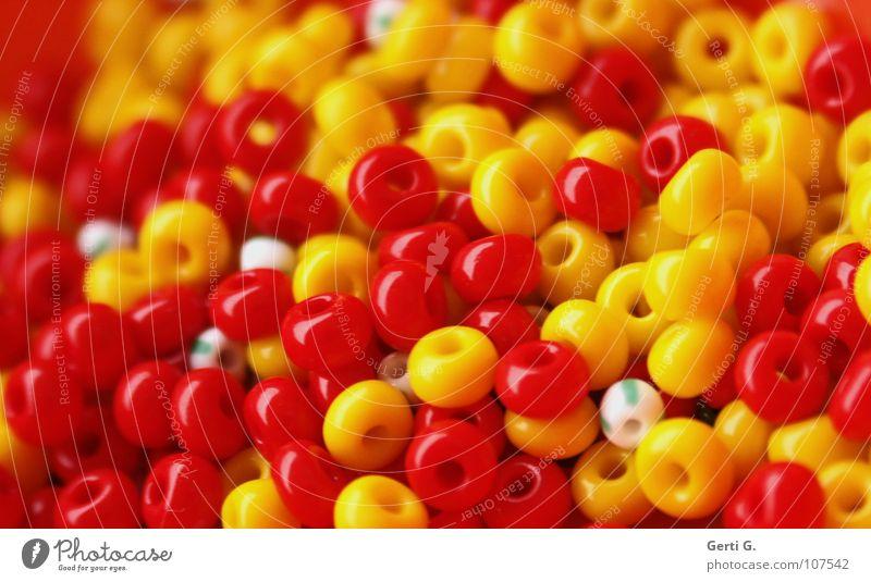 LiebesPerlen Perlenkette Basteln kaputt mehrfarbig Handwerk weiß rot gelb gestreift winzig klein filigran Haufen mehrere Kinderspiel Schmuck Kunststoffperle