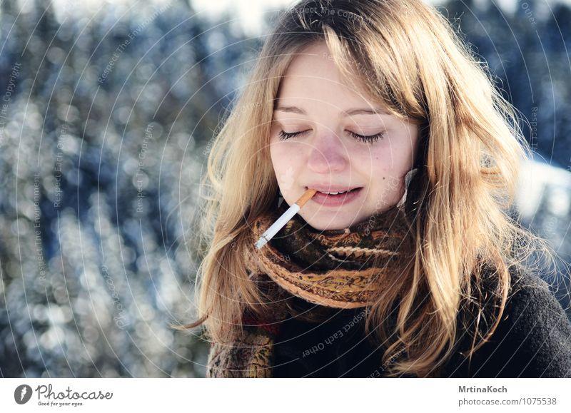Zigarette. Mensch Frau Jugendliche schön Junge Frau ruhig Winter 18-30 Jahre Erwachsene Leben feminin Zusammensein Freundschaft Romantik Coolness Gelassenheit