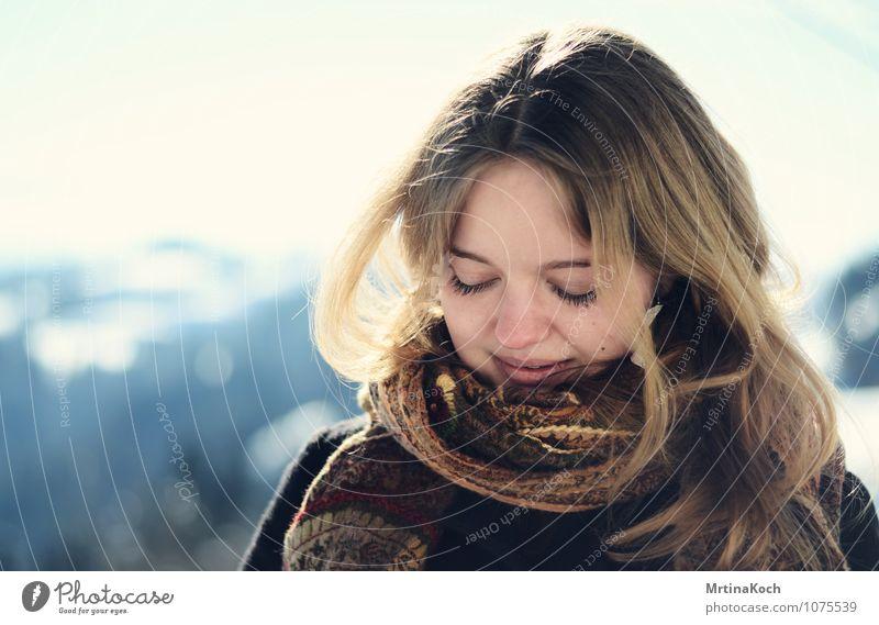 brim. Mensch feminin Junge Frau Jugendliche Erwachsene 1 18-30 Jahre Gefühle Freude Glück Zufriedenheit Wahrheit Ehrlichkeit Winter Schal Sonnenlicht Porträt