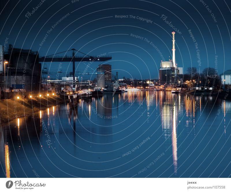Hafen-Spiegelung blau Wasser weiß schwarz gelb Beleuchtung Industrie Hafen Schönes Wetter Schifffahrt Flussufer Anlegestelle Kran Schornstein Rhein Heizkraftwerk
