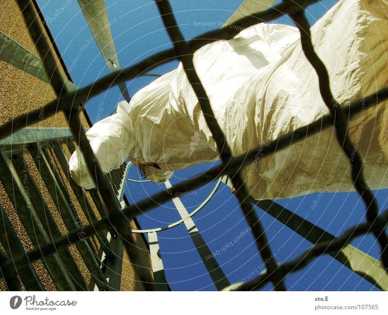 eingezäunt Kerl Aktion Anzug weiß Sicherheit Schutzanzug Arbeitsbekleidung Pentium Arbeitsschuhe Stahlkappe Maske Schutzmaske Atemschutzmaske Parkplatz Parkhaus