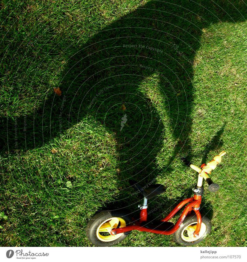 schattenfahrer Kind Freude Spielen träumen fahren Rasen liegen Vergangenheit Surrealismus Rolle wirklich Gegenwart Tretroller Schattenspiel Motorradfahrer
