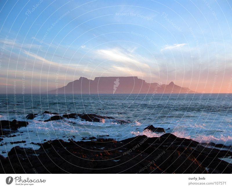 Tafelberg in Kapstadt Wolken Riff Südafrika Sonnenuntergang frisch Aussicht Strand Küste Afrika Himmel Felsen Berge u. Gebirge Abenddämmerung Wasser Ferne Insel