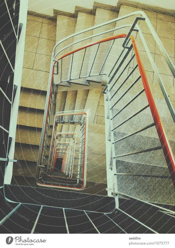 down ... down ... down ... Treppe Bewegung Fitness gehen kalt Stadt Treppenhaus orange schwarz Farbfoto Gedeckte Farben Innenaufnahme abstrakt Muster