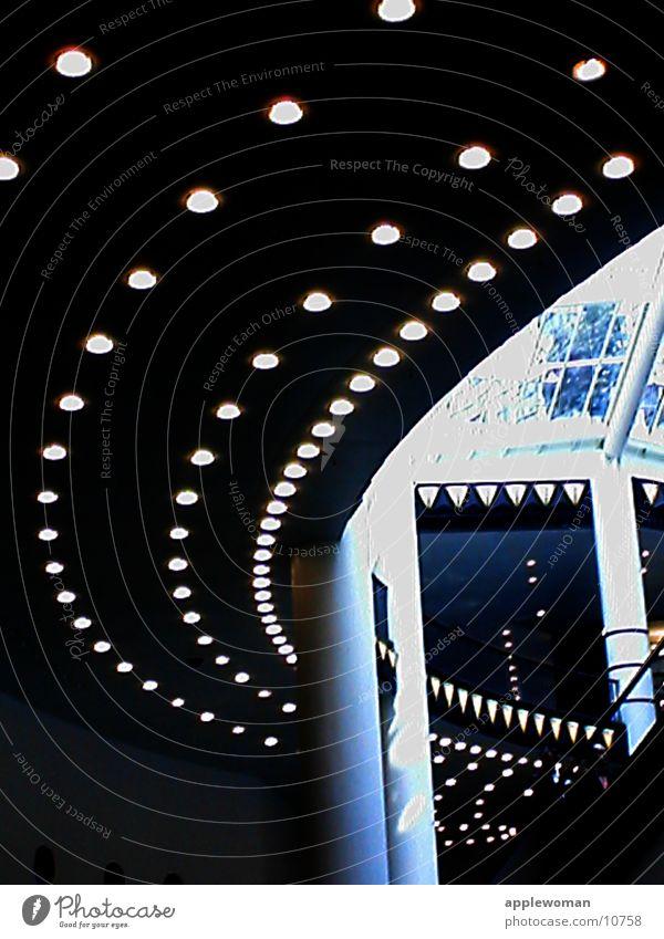 lichtBAHN dunkel Architektur Raum Treppe Säule