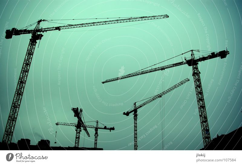 Verwinkelt Kran Kranfahrer Gegenlicht dunkel Hochbau Hausbau Baustelle Wolken schlechtes Wetter Verkehrswege Stahl Material Maschine Montage Produktion Gewicht
