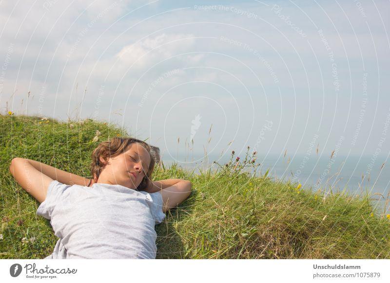Sommerträume Himmel Kind Natur Ferien & Urlaub & Reisen blau grün Erholung Meer Landschaft Wolken Ferne Umwelt Leben Gefühle Gras