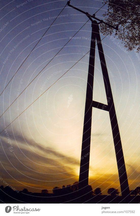 Fließbild Strommast Elektrizität Gegenlicht Abend Holz schwarz Versorgung Energiewirtschaft fließen Feld Sonnenuntergang Stromausfall Hochspannungsleitung