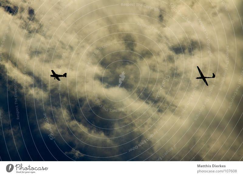 VERFOLGUNG Ferien & Urlaub & Reisen Wolken Umwelt Wege & Pfade klein Feste & Feiern Vogel Flugzeug Seil Luftverkehr gefährlich bedrohlich Wut Jagd Krieg