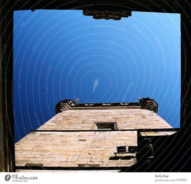 Himmel über Prag blau oben Fenster Stein Mauer Europa Brücke Turm Tor Denkmal Wahrzeichen Hinterhof Blauer Himmel Tschechien