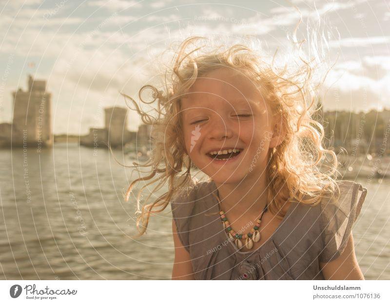 Für immer glücklich Lifestyle Städtereise Sommer Sonnenbad Mensch Kind Mädchen Kindheit Leben 3-8 Jahre Wind La Rochelle blond Locken Lächeln lachen