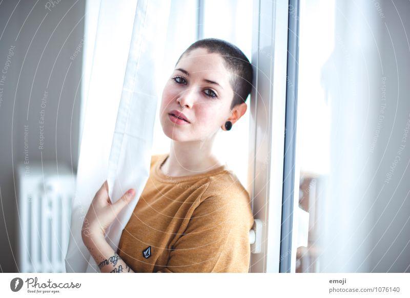 she feminin androgyn Junge Frau Jugendliche 1 Mensch 18-30 Jahre Erwachsene kurzhaarig Glatze schön einzigartig Farbfoto Innenaufnahme Tag