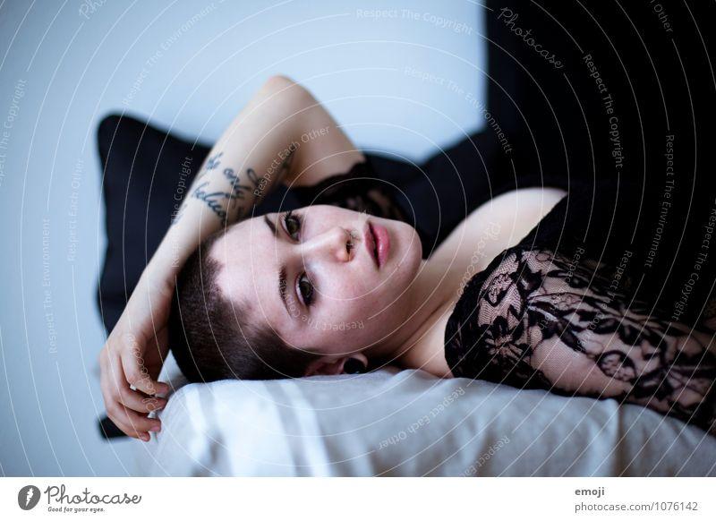 nowhere | now here Mensch Jugendliche schön Junge Frau 18-30 Jahre Erwachsene feminin liegen androgyn