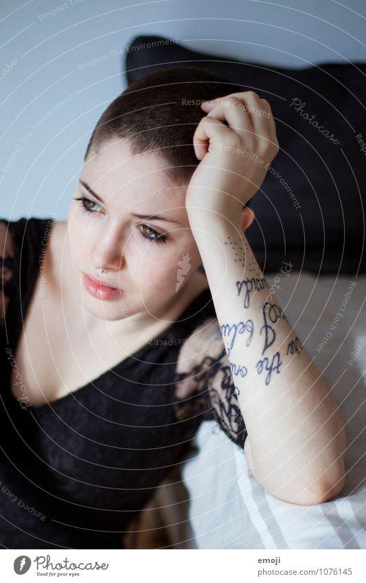 sign Mensch Jugendliche Junge Frau 18-30 Jahre Erwachsene feminin einzigartig Tattoo Glatze kurzhaarig