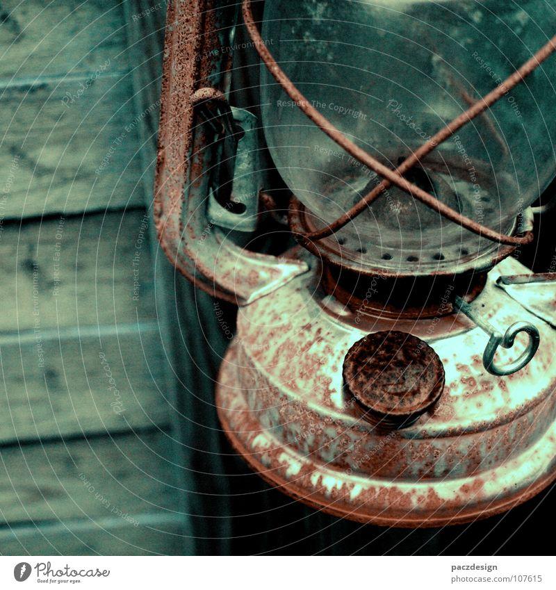 Öllampe alt rot dunkel Herbst Holz Wasserfahrzeug hell orange Metall dreckig Glas Brand Feuer Vergänglichkeit Duft Rost