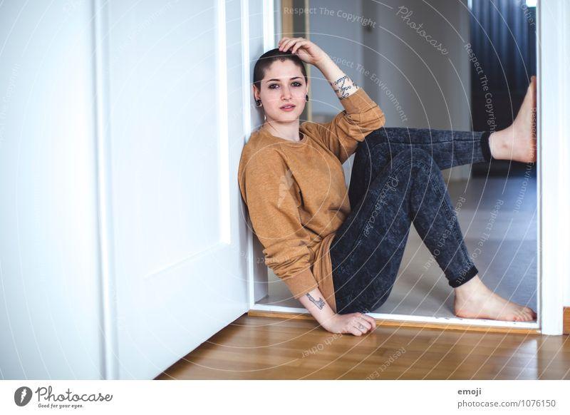 @home feminin androgyn Junge Frau Jugendliche 1 Mensch 18-30 Jahre Erwachsene einzigartig sitzen Türrahmen Farbfoto Innenaufnahme Textfreiraum links Tag