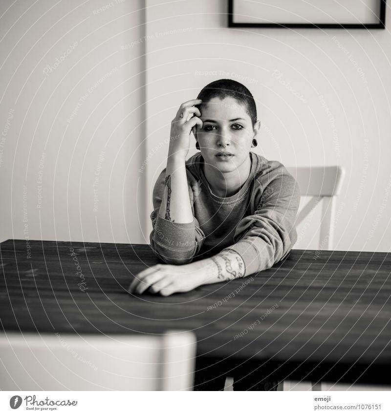 zu Hause feminin androgyn Junge Frau Jugendliche 1 Mensch 18-30 Jahre Erwachsene trendy schön einzigartig Wohnzimmer sitzen Schwarzweißfoto Innenaufnahme Tag
