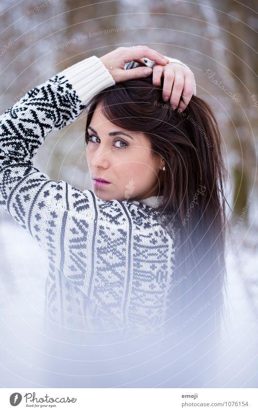 Winter Mensch Jugendliche schön weiß Junge Frau 18-30 Jahre Winter kalt Erwachsene feminin brünett langhaarig