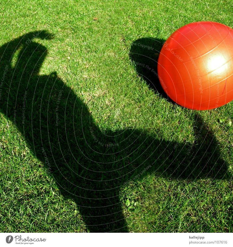 schattenkicker Kind Sonne rot Spielen träumen liegen Erde Fußball Rasen Vergangenheit fahren Ball Kugel Surrealismus Gott Planet