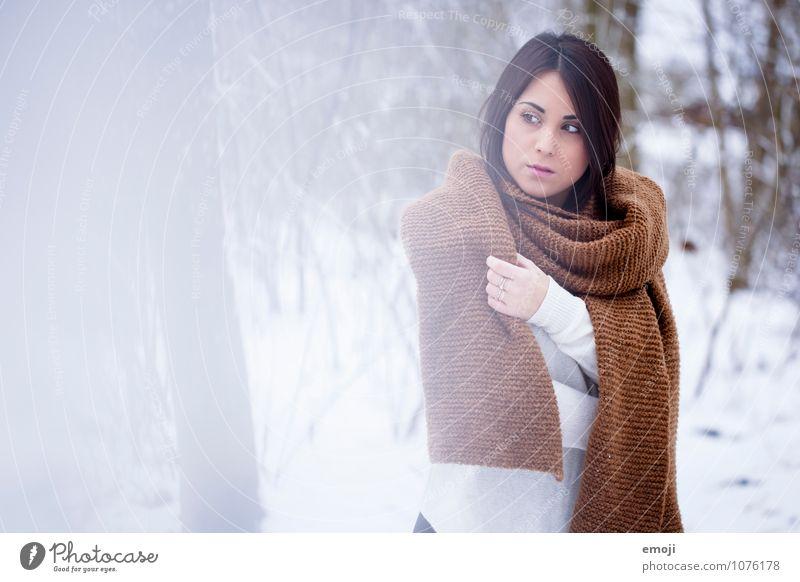 Winter feminin Junge Frau Jugendliche 1 Mensch 18-30 Jahre Erwachsene Umwelt Natur Landschaft Schnee Schal brünett schön einzigartig kalt kuschlig braun weiß