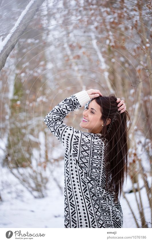 happy feminin Junge Frau Jugendliche 1 Mensch 18-30 Jahre Erwachsene Umwelt Natur Winter Schnee brünett langhaarig Fröhlichkeit Glück schön lachen Farbfoto