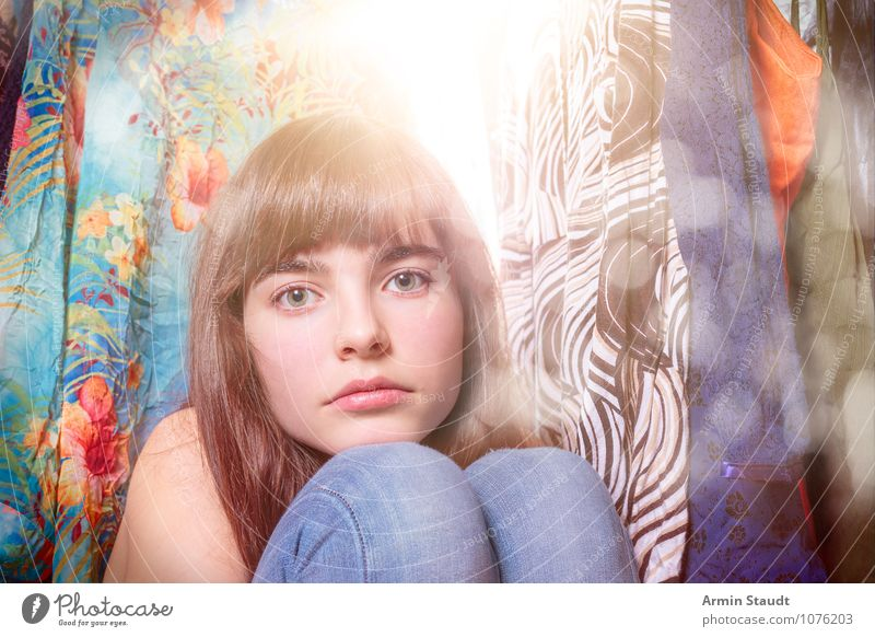Neulich im Kleiderschrank IV Mensch Frau Kind Jugendliche schön Junge Frau Einsamkeit Erwachsene Gesicht Traurigkeit feminin Stil Mode Lifestyle Design leuchten