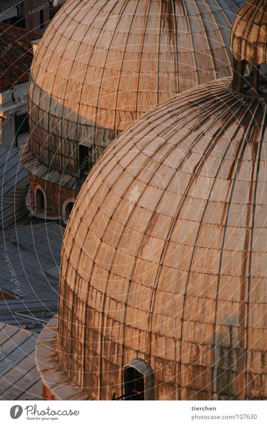 twins Venedig Kuppeldach Dach rund Markusplatz San Marco Basilica Fenster Blechdach Wahrzeichen Italien Ferien & Urlaub & Reisen Strukturen & Formen Verfall