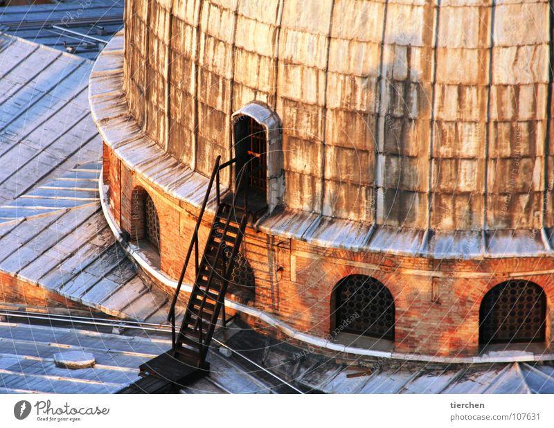 noteingang Fenster Tür Treppe rund Aussicht Dach Italien verfallen Backstein Denkmal Balkon Rost Eingang Leiter Wahrzeichen Geländer