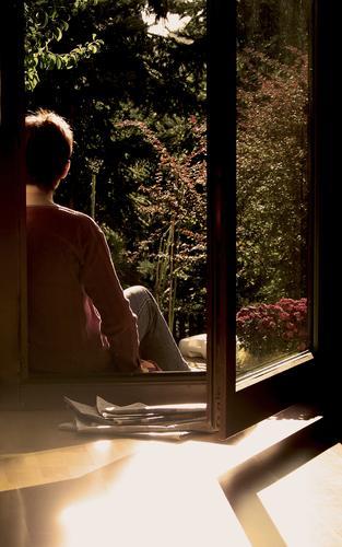 RAUS aus dem HAUS Fenster Terrasse Zeitung Blume Glastür Licht Erholung Holzfußboden ruhig Gelassenheit bequem Pause Langeweile Frau Sonne sitzen Garten Tür
