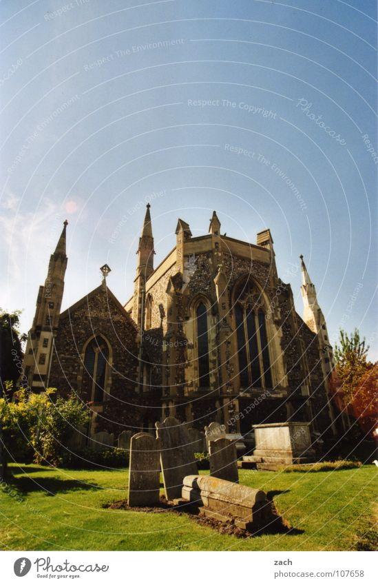 Kirche Dover Himmel blau Tod Religion & Glaube Rücken Trauer Vergänglichkeit Klarheit Gebet Verzweiflung Kruzifix Gott Friedhof Götter Grab Geistlicher