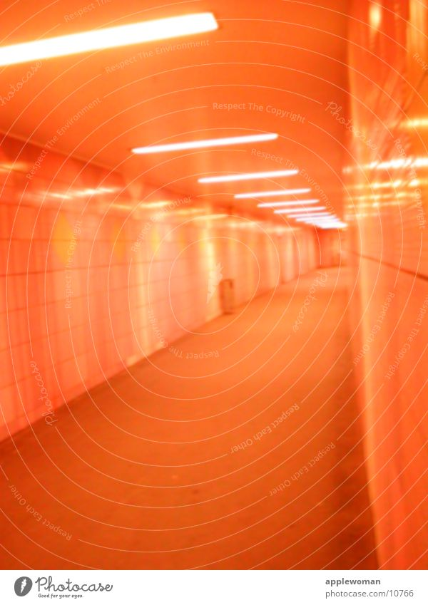 tunnel Nacht Tunnel leer Licht rot Zentralperspektive Architektur orange Flucht Gang U-Bahnstation
