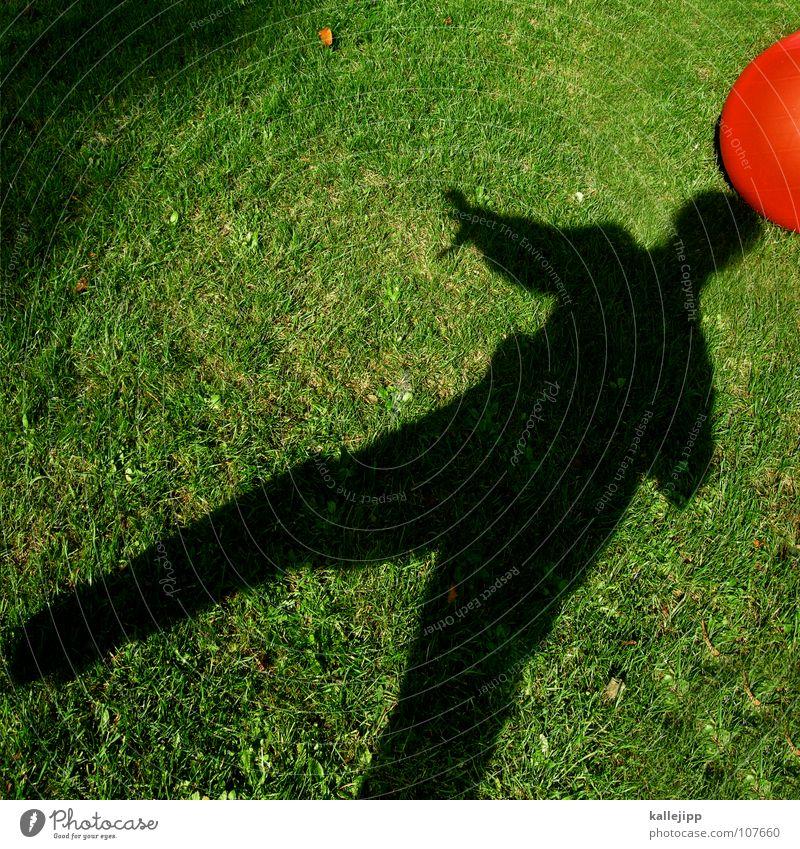 schattenklose Sonne rot Spielen träumen liegen Erde Fußball Rasen Vergangenheit fahren Ball Kugel Surrealismus Gott Planet Rolle