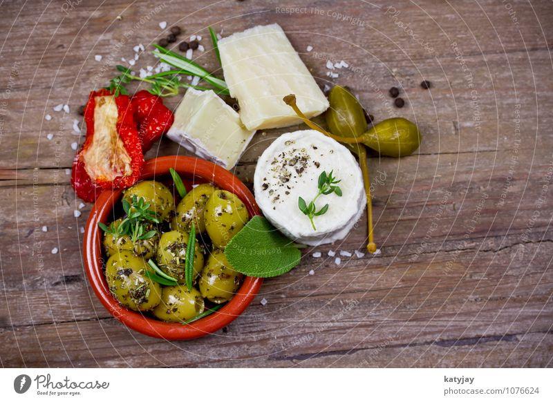 Käse und Oliven grün Holz Kräuter & Gewürze mediterran Dessert Tomate hart Käse Holztisch Büffet Oliven Rosmarin Salbei Vorspeise Thymian Thymian