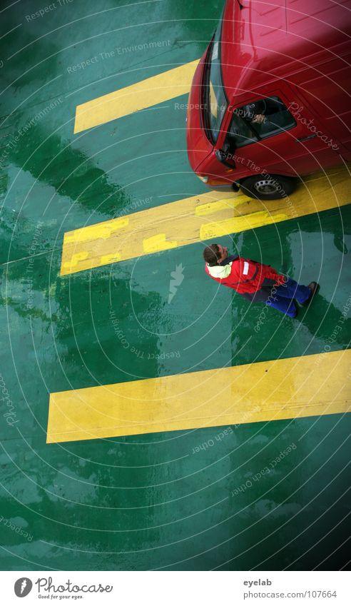 Parkbuchten für Seebehinderte Mensch Mann Wasser Meer grün gelb PKW Regen Schuhe Linie Beine Wasserfahrzeug Wetter nass Verkehr